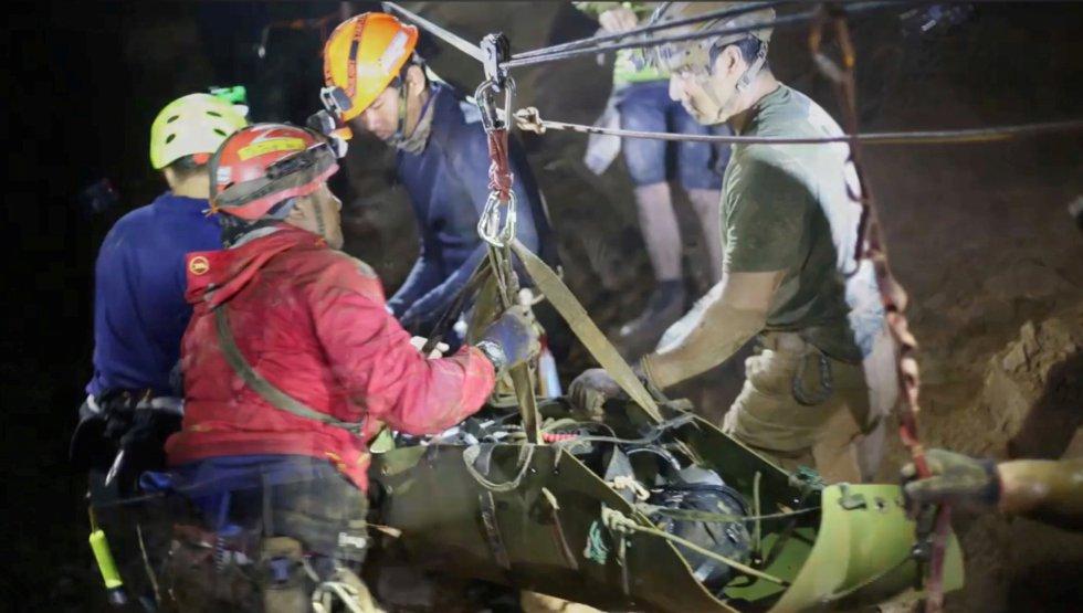 rescatistas laborando