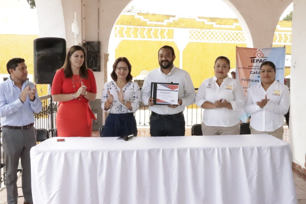 Entregan reconocimiento al Ayuntamiento Izamaleño por el IEPAC