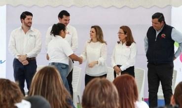 Entrega Aida Feres de Nader Becas del ITABEC a Alumnos de la Casa Hogar