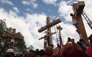 Tras tres caídas, crucifican al Jesús de Iztapalapa en representación