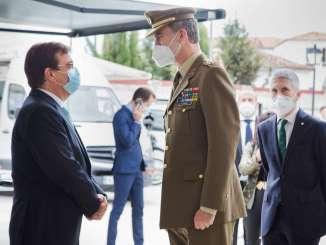 Fernandez-Vara-acompana-al-rey-Felipe-VI-en-su-visita-al-puesto-de-la-Guardia-Civil-de-Valencia-de-Alcantara