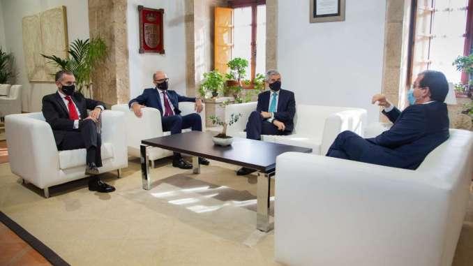 El-presidente-de-la-Junta-de-Extremadura-se-reune-con-el-nuevo-director-comercial-el-Espana-del-Banco-de-Santander-1