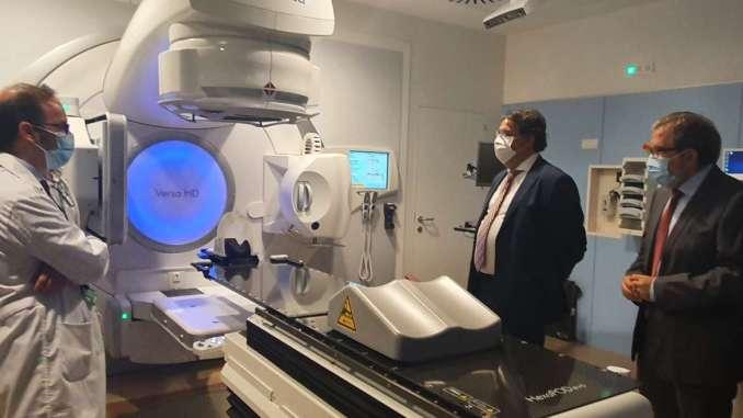 Jose-Maria-Vergeles-visita-el-nuevo-acelerador-lineal-del-Hospital-Universitario-de-Caceres