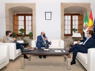El-presidente-de-la-Junta-de-Extremadura-se-reune-con-el-presidente-nacional-de-CSIF-Miguel-Borra