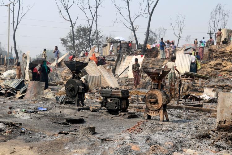 """Los obispos muestran su """"estupor"""" por el incendio en el campo de refugiados de rohinyás en Bangladés"""