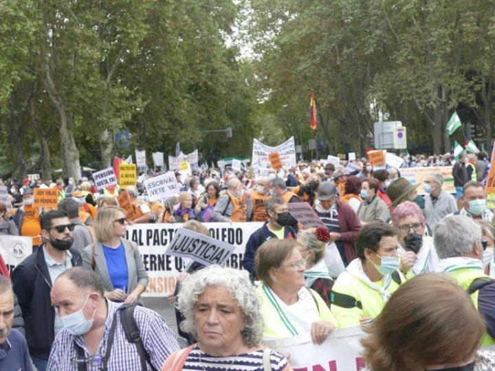 Trabajadores cristianos asisten a la manifestación en defensa del sistema público de pensiones