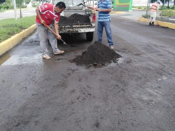Realizan limpieza de escombro en la avenida Carranza, de Catemaco