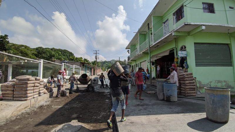 Continúan las obras de alto impacto en colonias de Catemaco