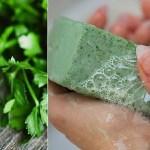 Saiba como fazer sabão de salsa caseiro para remover manchas no rosto e qualquer imperfeição.
