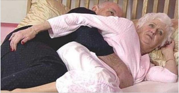 Após 50 anos de casamento, idosos estavam na cama quando a esposa sente o marido a fazer-lhe uma massagem