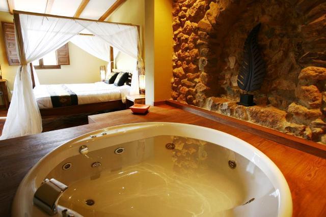 hoteles jacuzzi privado habitacion masia durba