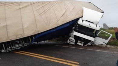 Photo of Carreta se envolve em acidente, fica atravessada na pista e deixa BR-116 totalmente interditada
