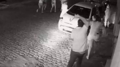 Photo of Vídeo: Prefeito é acusado de agredir manifestantes com chicote em cidade da Bahia; assista