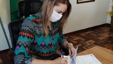 Photo of Conquista: Prefeita em exercício sanciona lei que permite compra de vacinas contra Covid-19