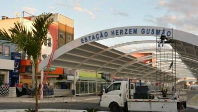 Photo of Conquista: Estação da Lauro de Freitas recebe letreiro com nome do ex-prefeito Herzem Gusmão