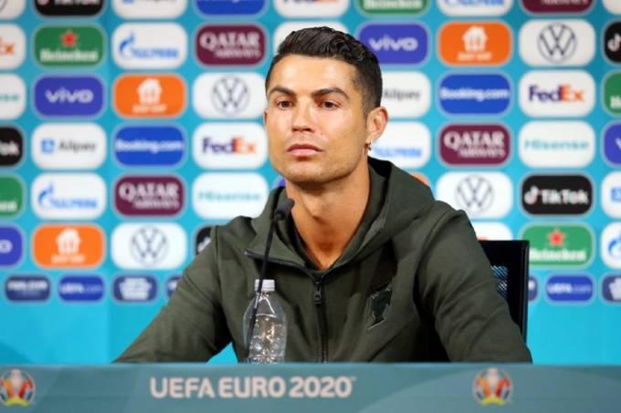 Photo of Viralizou: Cristiano Ronaldo troca Coca-Cola por água e empresa perde US$ 4 bilhões na bolsa; assista ao vídeo