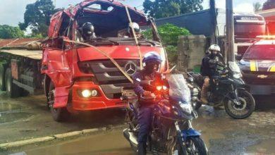 Photo of Bahia: Motorista é flagrado usando capacete e dirigindo caminhão com cabine destruída