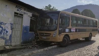 Photo of Vídeo: Ônibus escolar desce ladeira e atinge agência dos Correios em Jequié após aluno invadir veículo