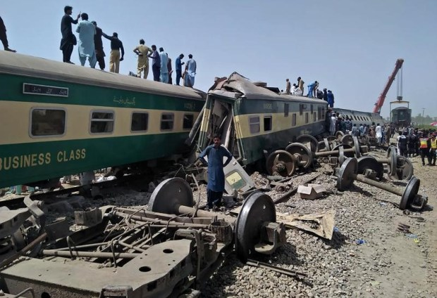 mueren-40-personas-en-un-choque-de-trenes-en-pakistan