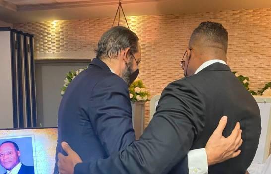 Juan Luis Guerra acude a funeraria a dar el pésame a familiares de Johnny Ventura