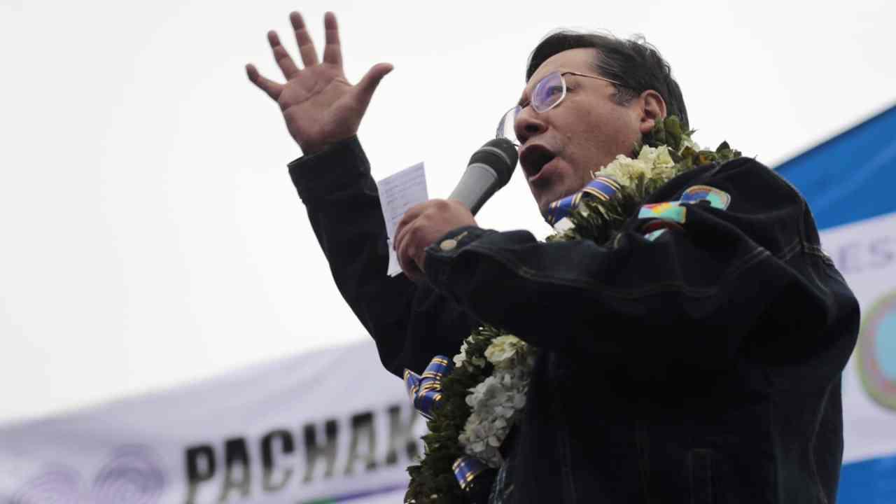 Luis Arce, presidente de Bolivia, felicita a universidad por producir dióxido de cloro contra COVID