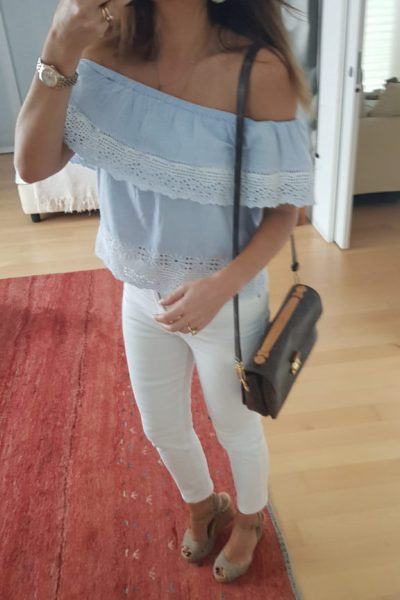 Look estivo con off shoulder top e jeans bianchi / Borsa pochette métis louis vuitton