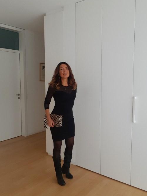 Vestito nero e borsa leopardata