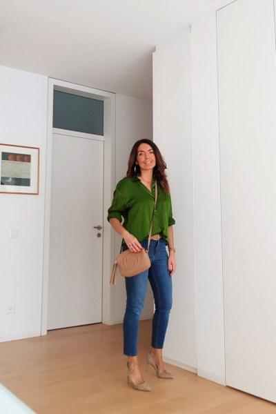 Abbinamento jeans e blusa colorata