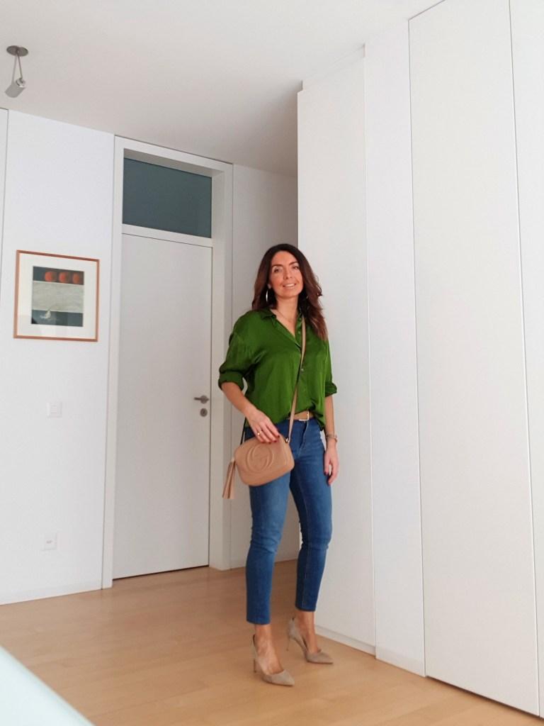 Frühling Sommer Mode 2019: Jeans, grüne Bluse und beige Accessoires