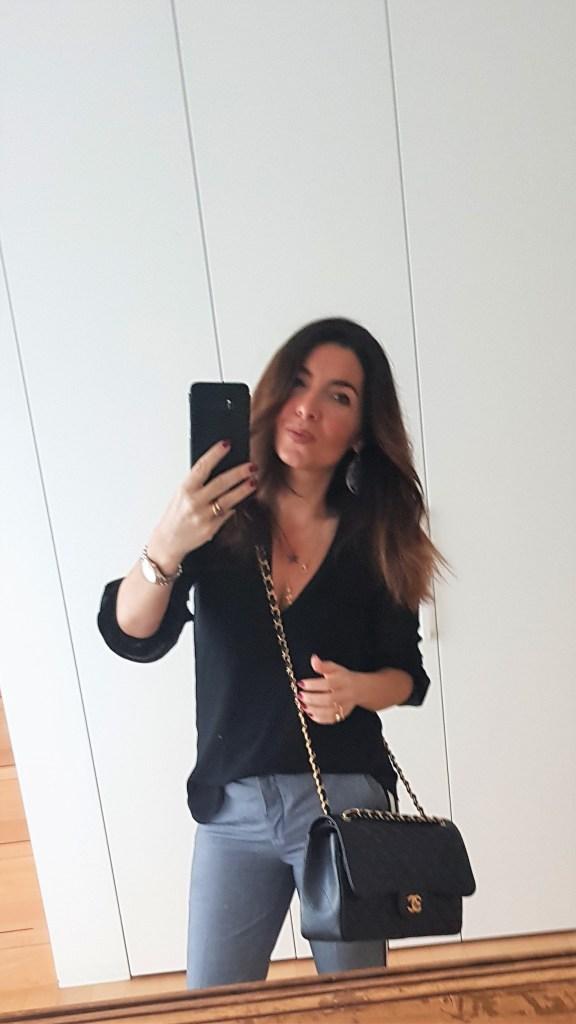 Abbinamento ufficio primavera con pantaloni classici e blusa nera e Chanel Jumbo bag