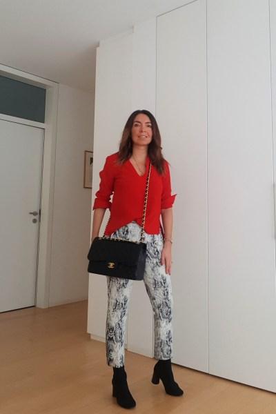 Abbinamento pitonato e rosso. Borsa Chanel 2.55 Jumbo. Moda primavera estate 2019