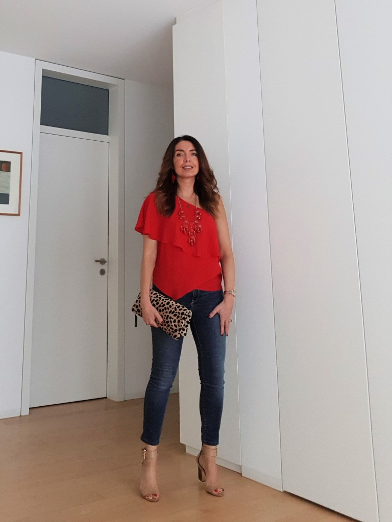 Summer outfit: jeans, a red top and a touch of leopard print