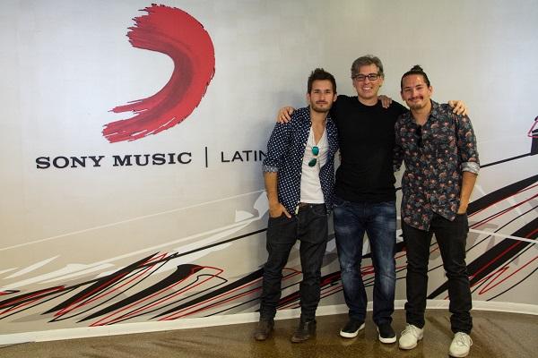 e izquierda a derecha: Ricky Montaner, Nir Seroussi (presidente, Sony Music US Latin) y Mau Montaner