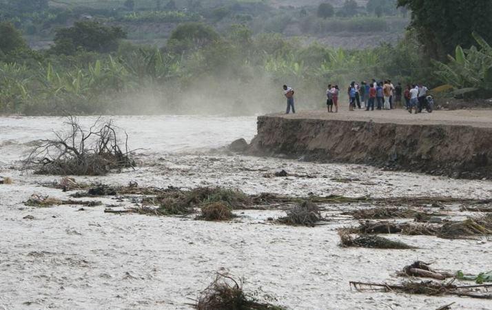 Lima Sur: Desborde del río Mala afecta estación de bomberos y terminal terrestre