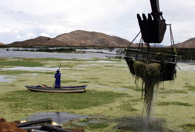 Denuncian contaminación con basura, plomo y mercurio en el lago Titicaca