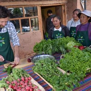 Chef del tren Belmond Andean Explorer comparte experiencia en programa de responsabilidad social de PeruRail