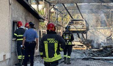 Incendio a Giulianova, distrutta un'officina: colonna di fumo nero, il sindaco ordina di chiudere le
