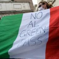 Manifestazione contro il Green Pass a Roma: insulti a giornalisti e Governo e scontri con la polizia