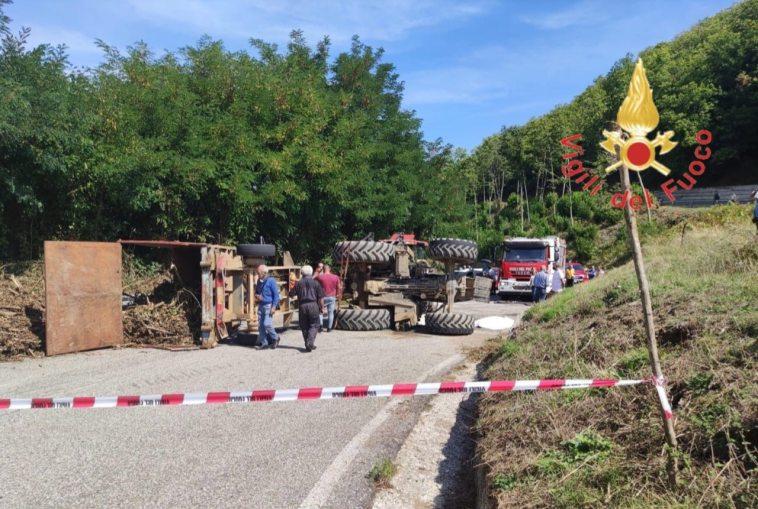 Cosenza, 15enne morto schiacciato dal trattore del padre: sotto shock il genitore