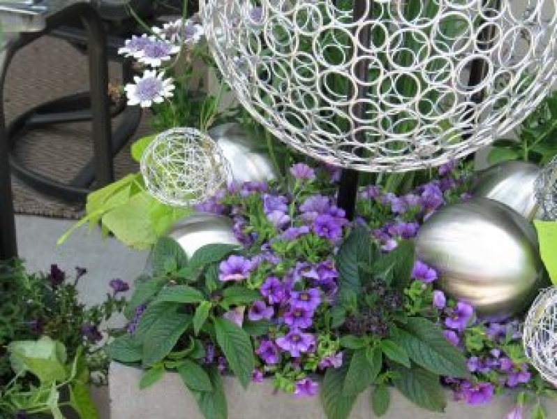 Decorative garden accents | Wire ball custom planter