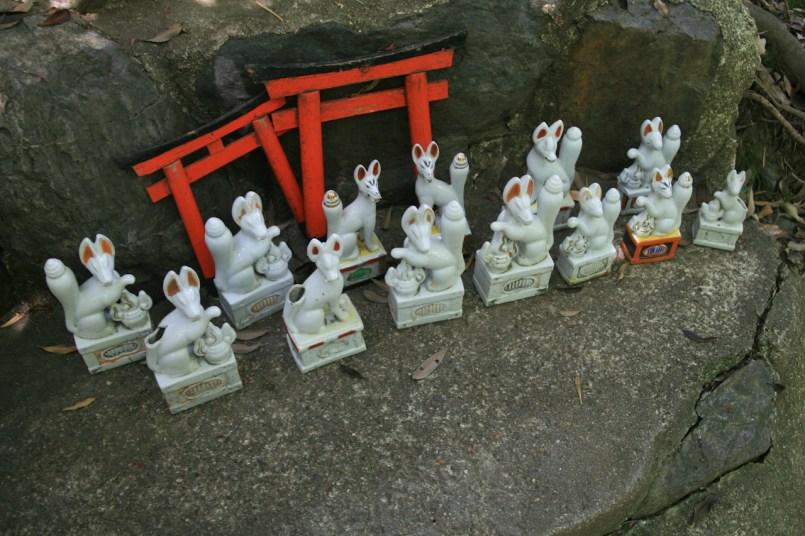 Statues de renard et torii