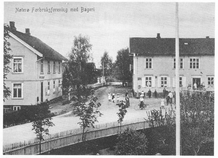 Nøtterø Bakeri til venstre slik det så ut rundt 1910. (Fra Karin Fyksens fotosamling.)