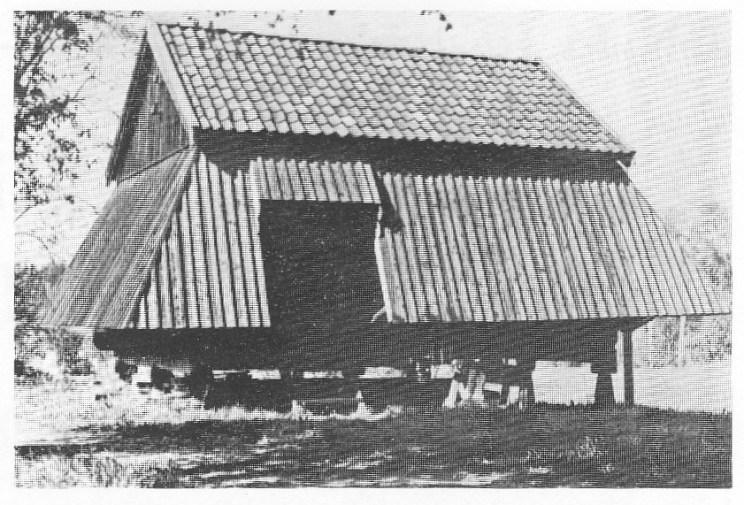 Når husene fikk en «kåpe» utenpå vanlig kledning og ble derfor kalt kåpebur. Eksemplet er fra Fadum i Sem.