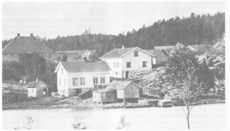 Nordre Sand med butikkskilt med Sand gård i bakgrunnen — sett fra Nordre Årø. Bildet er trolig fra århundreskiftet.