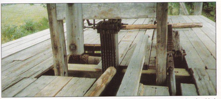 Oppgangssag bygget opp igjen på skogbruksmuseet på Elverum. Denne sagen har fem blad. Fremdriften på stokken var ca. 1 meter pr. minutt.