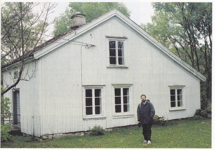 Huset på Svensrød som Volkert Erik Breckling kjøpte i 1819 etter å ha giftet seg med Rebekka Persdatter Tømmereik. Et av Nøtterøys eldste hus. I forgrunnen Jeff Brechlin. Foto: A. Aronsen.