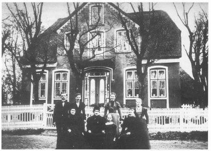 Huset til Helene og Paul Nickels Paulsen ca. 1892. Foran fra venstre søstrene Rebekka og Helene. Bak til høyre Helene Kristoffersen fra Tømmereik. Foto utlånt av forfatteren.
