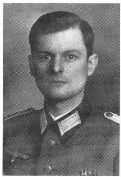 Oberleutnant Riedel var sjef på Vardås festning, eller Batterie 6/ MAA 501, som var den offisielle, tyske betegnelsen. Marineartilleriets folk gikk i Hærens uniformer, men et lite anker på skulderdistinksjonene viste tilhørigheten til Marinen. Etter kapitulasjonen i mai 1945 var Riedel internert i Larvik og kunne gi amerikanske kystforteksperter nøyaktige opplysning-er om Vardås høsten 1945.