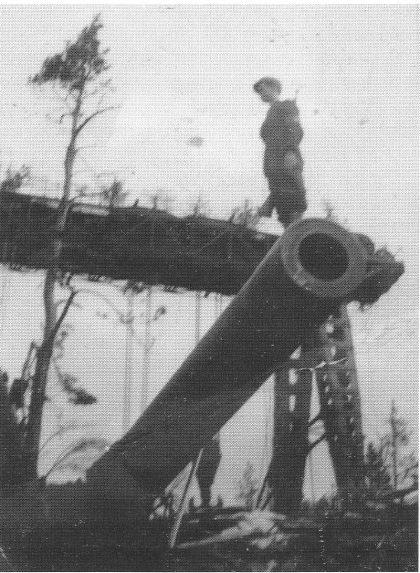 Med en gang kapitulasjonen var et faktum den 8. mai 1945, rykket milorgkarer fra Nøtterøy inn på de ulike installasjoner tyskerne måtte forlate. Fotografiet viser den unge Robert Varpe som står på det nesten ferdigmonterte røret i stillingen lengst mot sør. Den store traverskranen er klart synlig i bakgrunnen.