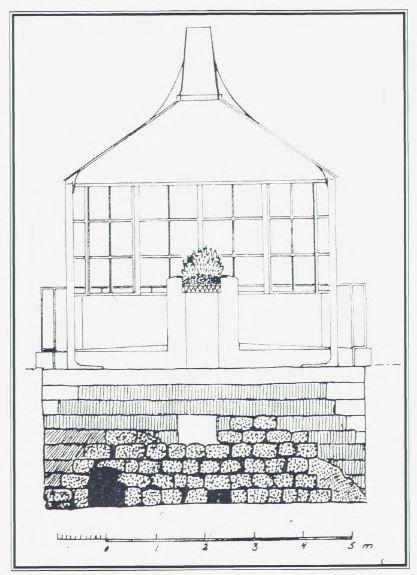 """Den annen mai 1801 sto Norges første lukkede fyr (lampefyr) ferdig. På toppen av steinfundamentet sto en tolvkantet jernkiosk med vinduer. Inne sto """"fyrpanden"""", og ovenpå var en skorstein. Rekonstruksjonstegning utført av fylkeskonservator Erling Eriksen."""